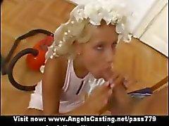 Superb prachtige sexy blonde vrouw met kleine tieten doet pijpbeurt