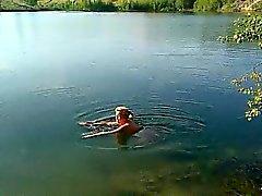 Blonde MILF ist nackt schwimmen in einem See und gefangen auf Spy c