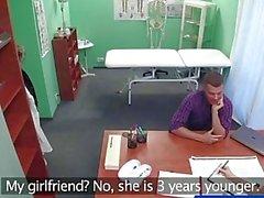 Enfermeira FakeHospital chupa pau para a amostra de esperma