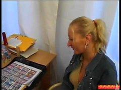 Blonde schoolegirl bébé avec des seins petits blowjob dans pov