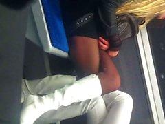 Schöne Beine jung in der Metro