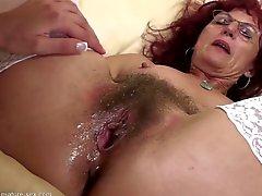 Madre melenuda penetre en profundidad Fistfucking a partir chica joven