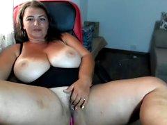 Belle brune amateur à gros seins