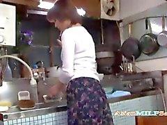 Milf masturberen Vingeren zichzelf In De Keuken