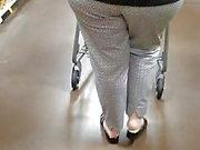 Signora matura con bel culo in un supermercato