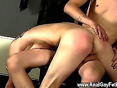 Pornographie gaie de garçon une fessée suce le