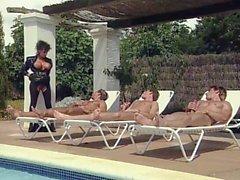 A Sarah Young - lesbian sex en la piscina del y otras cosas calientes