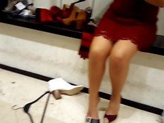 Schuh-Shopping mit meinem Freund, ihre Beine und upskirt