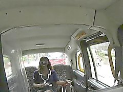 Impertinente do motorista de táxi ferrados uma criancinha preta quentes no assento traseiro