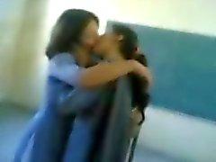 fille indienne embrasser à d'autres fille