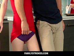 FamilyStrokes - Стади сестрой плохо работает и трахается Брата во время ужина Благодарения
