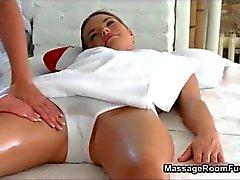 Seksikäs blondi tyttö saa kiimainen masturboi