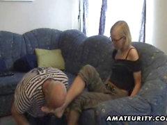 Biondo giocattoli amatoriali amica il suo ass e dà testina