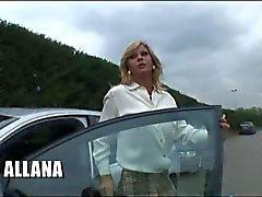 Blonde Italiaanse Shemale Allana neuken op de sofa