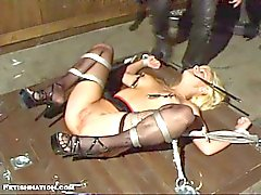 Blonde obtient attachée et moule poignardé