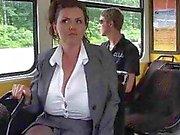 Mûr trait ses grandes mésanges du bus .