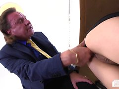 Bums Buero - Cum on pussy for brunette babe in German office