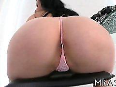 Inserción juguete a su del conducto anal llena chicas con la alegría