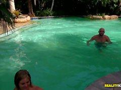 Chico afortunado nada en la piscina a pechugón Ellie