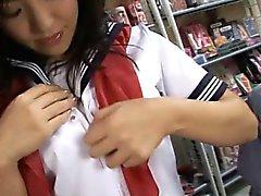 Bonito da menina da escola adolescentes experimenta a um vibrador estranho