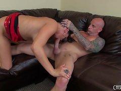 Buxom nympho Tory Lane explora seus desejos sexuais com um cara tatuado