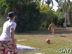 I gay amano giocare su giorno pieno di sole