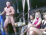 Clube enorme cheio de mulheres realmente quentes e horny
