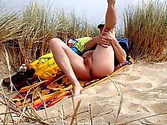miespuolinen nudistileiri hiekkadyyneillä