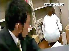 Jonge Japanse kantoor zwerver krijgt het op met haar vieze oude baas