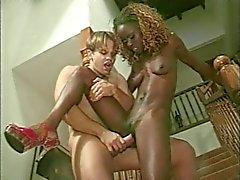 Magere zwarte meisje krijgt dubbele samen op de trap - MIH