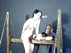 Siervas jovenes electrohidráulicos de BDSM e hijo pena