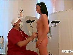 oude gynaecoloog heeft een tiener patiënt