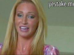 Блондинка девушка получает ее задница перебирал перед своими анальный dicked