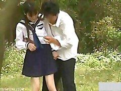 Teen della ragazza della scuola Esterni Giardino Vaffanculo