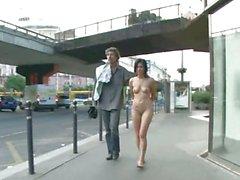 Frau vorführen nackt