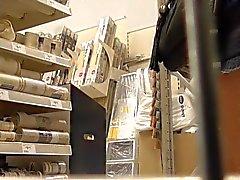 Esposa upskirted em uma loja diy do