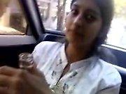 fille indienne donne pipe dans la voiture