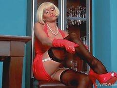 Dalle gambe lunghe blonde Mature LilyWOW in calze di nylon neri thin