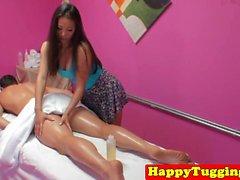 Прекрасное азиатская массажистка подергивание и cockriding
