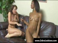 Zébrée de filles - lesbienne babes profiter de bois d'ébène Dildo à courroie bordel profondeur le 22