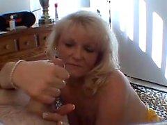 Waughty blonde lady com flocos sagrados dá uma mão amiga estilo POV