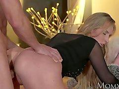 De MOM Blonde bombe de Matures adore le coq qui lui baise