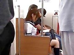 Bunch of Aikuiset pervs lyödä japanilaiset schoolgirl klo sähköjunalla