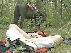 la femme cornée dans les forêts threesome