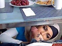 Belle mère arab commence une partie à trois