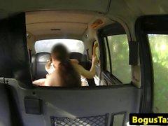 Brit babes threeway fucking in der Rückseite des Taxis