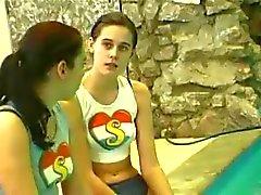 adolescentes lesbianas junto a la piscina