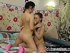 Sexy lesbians spela med sina hårig musar
