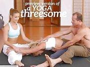 FitnessRooms Yoga flickor får creampied in yoga en trekant