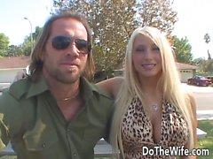 A esposa da Estrela Porno tira um grande pau na frente do marido
